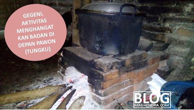 Gegeni, Aktivitas Menghangatkan Badan di Depan Pawon (Tungku) - Blog Mas Hendra