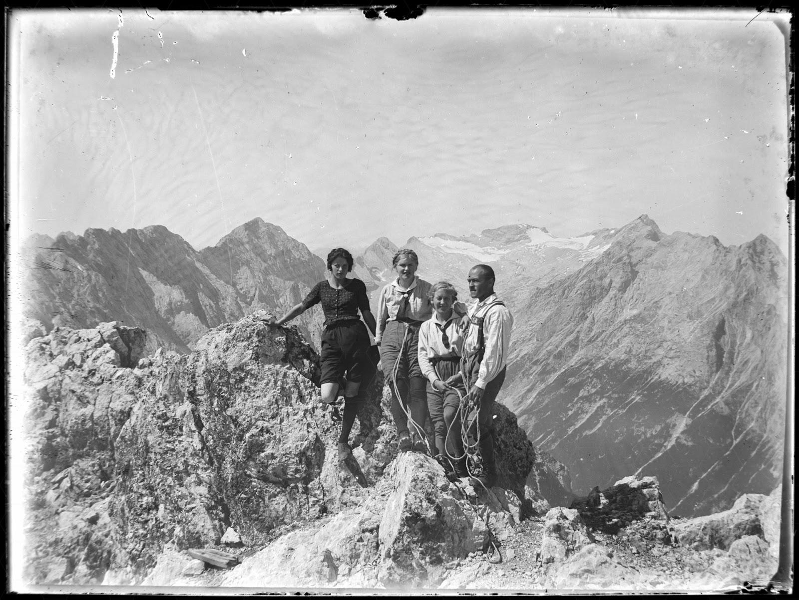 J. Meierhöfer mit Seilschaft - vermutlich Mittlere Partenkirchner Dreitorspitze - um 1920-1930