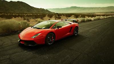 Lamborghini rojo en carretera con montañas de fondo