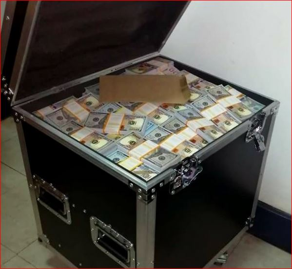 ALOTS OF 100 DOLLARS BILLS IN A SAFE