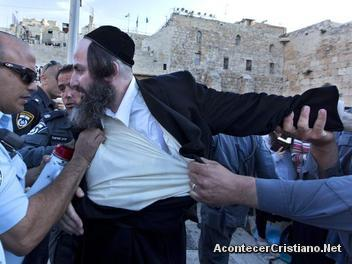 Judíos ultraortodoxos protestan por oración de mujeres en el Muro de los Lamentos