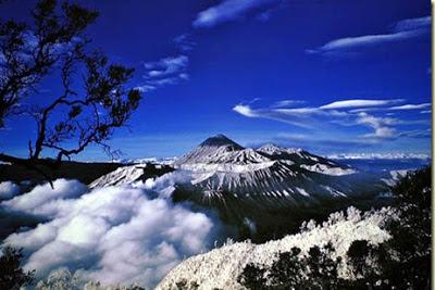 Pemandangan Eksotis dari Puncak Jaya Wijaya Papua
