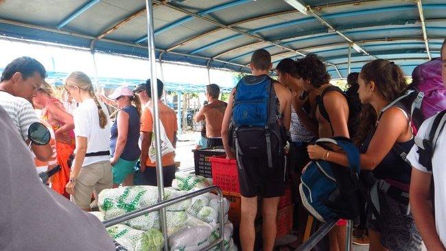 Толпа сходит на берег с корабля