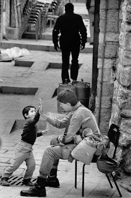 """chłopiec przybija """"piątkę"""" z żołnierzem izraelskim"""