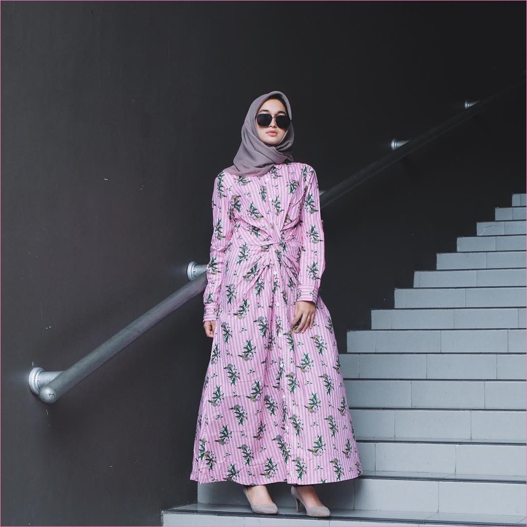 Outfit Baju Gamis Berhijab Ala Selebgram 2018 gamis abaya bermotif daun stripe pink putih segiempat hijab square abu sedang high heels wedges loafers and slip ons ciput rajut trendy terbaru 2018 ootd outfit selebgram kacamata