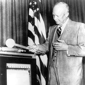 Energie et developpement - Eisenhower lance la construction de la première centrale nucléaire des Etats-Unis à Shippingport en 1954