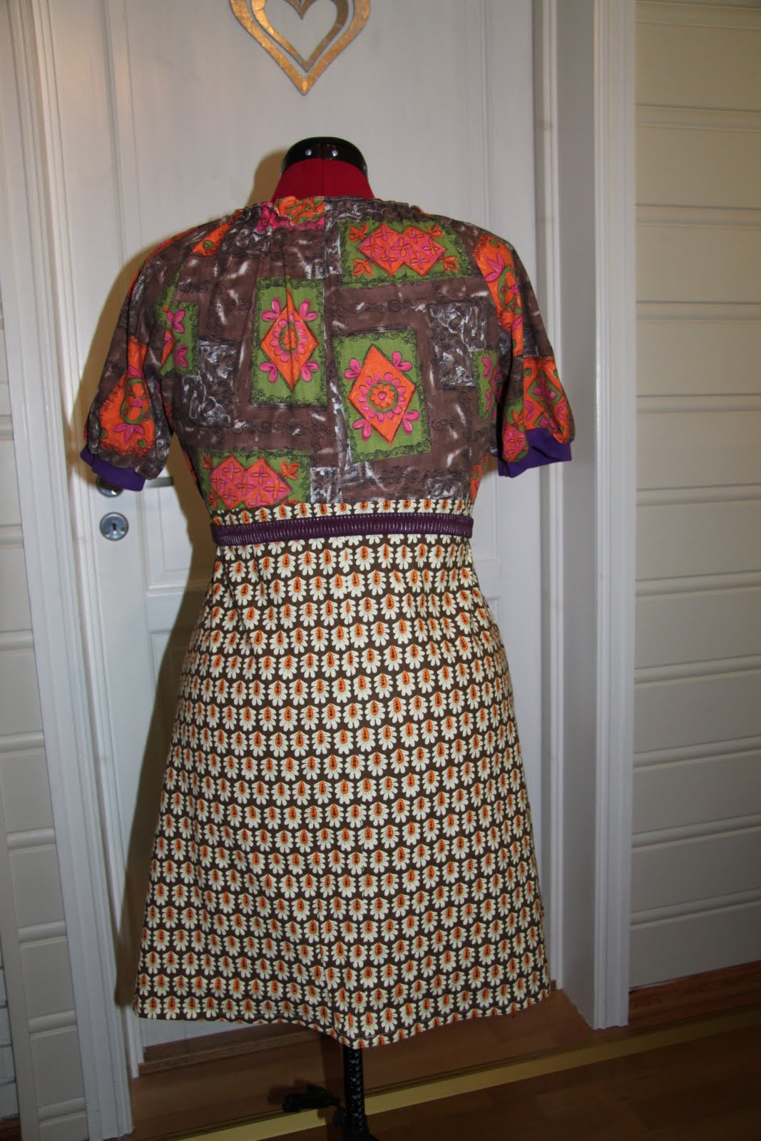 a5a623848fdf Det brune stoffet er eit ubrukt vintagestoff og stoffet som er brukt på  ermene og på øvre ryggstykket har i utg.pkt vore ein kjole frå 70- talet.