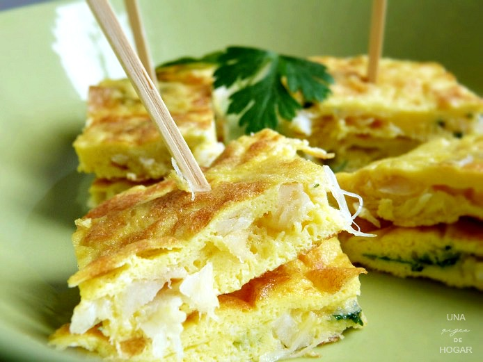 pincho de tortilla de bacalao adornado con perejil