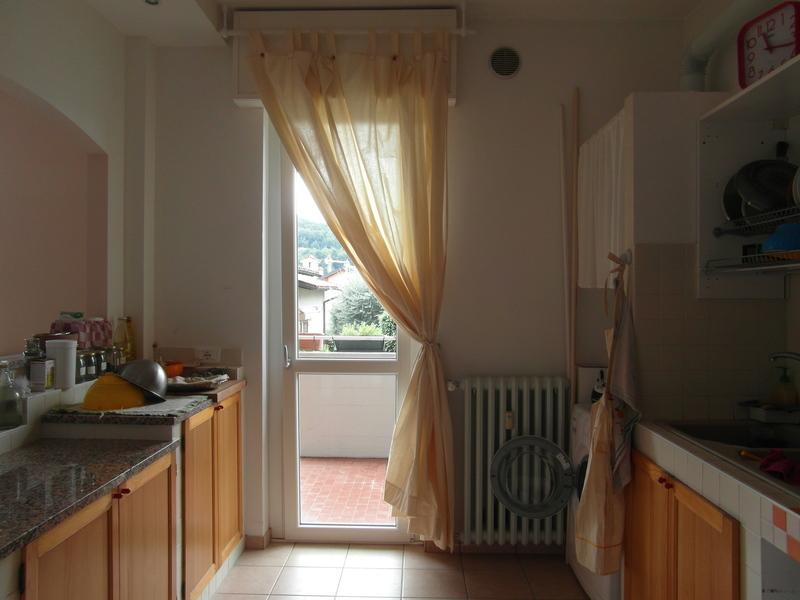 Il contatto naturale una tenda in cucina for Tende a vetro per cucina classica