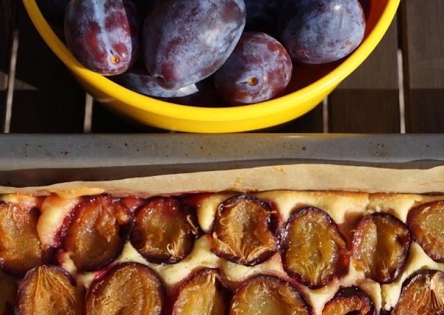 Schwedischer Pflaumenkuchen vom Blech: So einfach und lecker! Dieser Pflaumenkuchen basiert auf einem Rührteig und gelingt ohne Hefe!