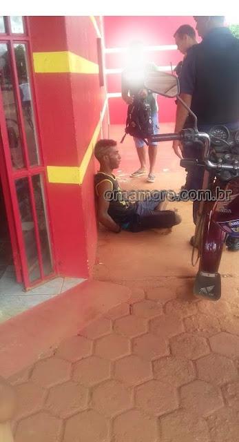 Ladrão rouba vítima com martelo e é contido por populares