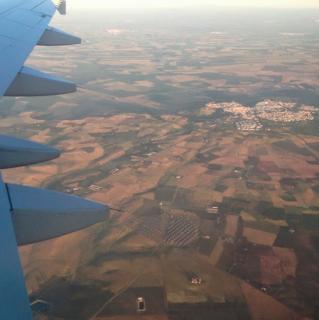Vista aérea de los terrenos áridos dedicados  a la agricultura de los monocultivos cerca de  Madrid. Desde el aire es de donde se observa  con más claridad la gran pérdida de masa  forestal que ha sufrido España.