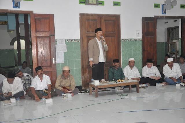 Bupati Banyumas Achmad Husein saat kegiatan tarawih keliling di Desa Pandak, Sumpiuh.