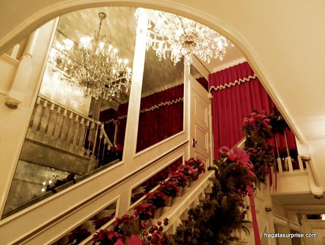 Escadaria de Graceland decorada para o Natal