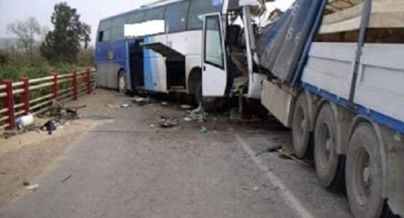 عشرات الجرحى في اصطدام بين حافلة ركاب و شاحنة بواد أمليل !
