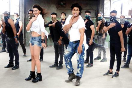 Gal Ban Gayi - Neha Kakkar, Yo Yo Honey Singh Full Lyrics HD Video