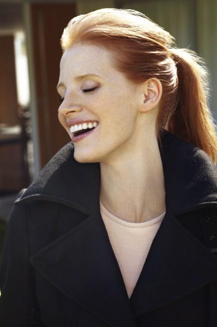 Τα κόκκινα μαλλιά της και η λευκή της επιδερμίδα της δημιουργούν.