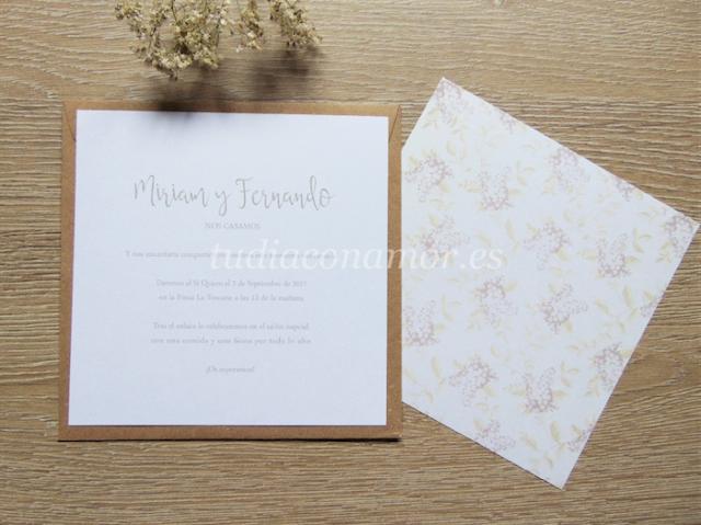 Una invitación cuadrada sencilla con estampado floral pintado de lilas, perfecta para una boda rústica y romántica
