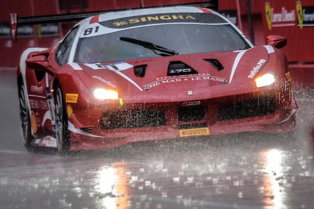 Roter Ferrari 488 Challenge im Regen auf dem Imola Track in Italien