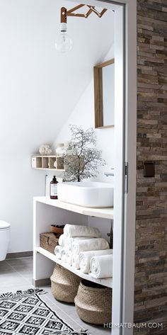 Baño con una decoración natural