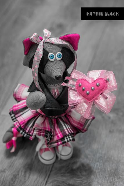 Интерьерная игрушка - енот в косухе и розовых кедах. Игрушка ручной работы. Романтичный подарок на 14 февраля.
