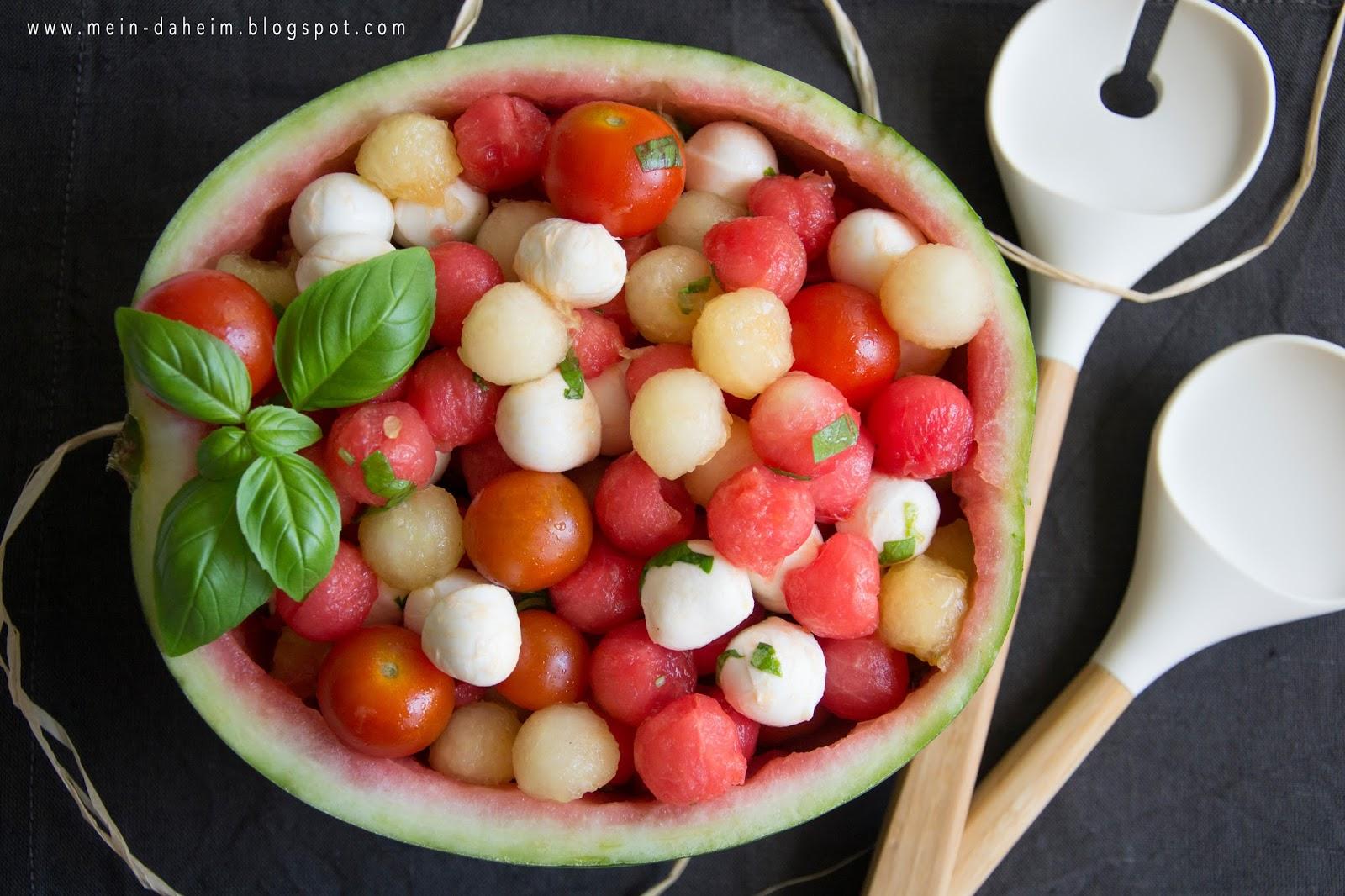 mein daheim yum sommersalat wasser honigmelonen salat mit mozzarella tomaten. Black Bedroom Furniture Sets. Home Design Ideas