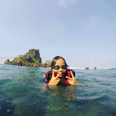 Berenang di Pantai Nglambor
