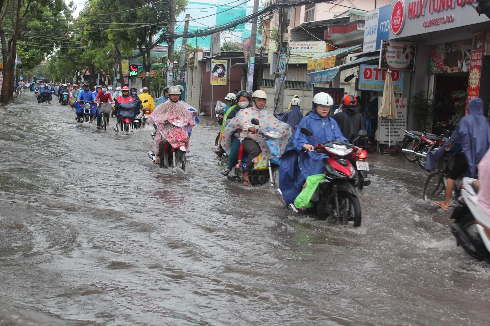 Nhiều đoạn đường nước ngập sâu khiến giao thông đi lại khó khăn.