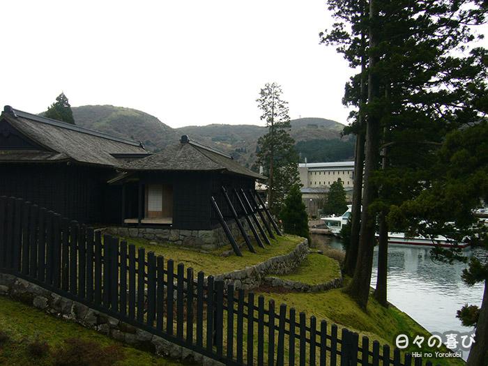 vue sur le lac ashi et l'embarcadère de hakone sekisho depuis la berge