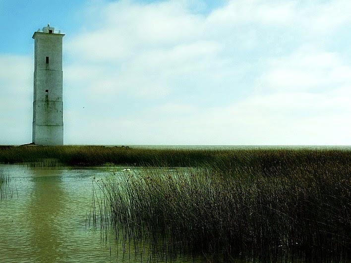 O Farol Cristóvão Pereira fica junto à margem da Lagoa dos Patos, no município de Tavares.