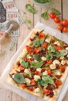Pizza de espárragos verdes con queso de cabra y miel