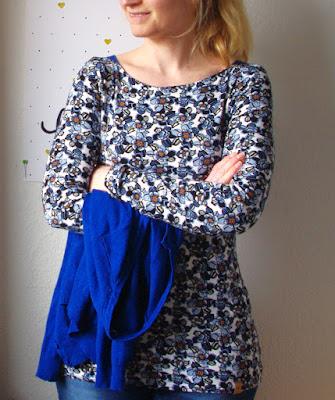 Frau mit Shirt Frau Marlene aus Stoff mit Blumen Schnittmuster von frizi & schnittreif selbst genähte Damen Oberteil Longsleeve mit Schultereinsätzen 5