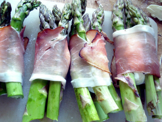 Parcels with asparagus, mozzarella and prosciutto by Laka kuharica: wrap the asparagus in prosciutto