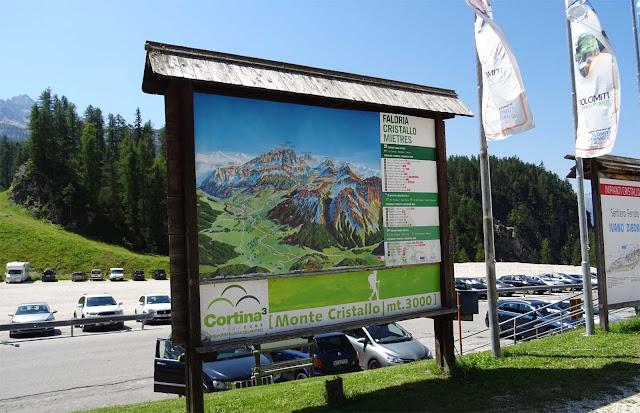 Bildertafel des Monte Cristallo an der Talstation in Südtirol, Große Dolomitenstrasse, Parkplatz