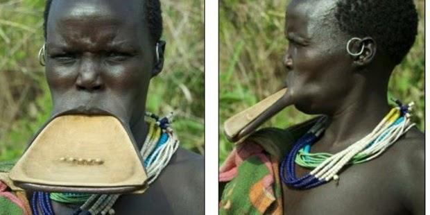 Wanita-Wanita di Suku Ini Bibirnya Lebar Sekali