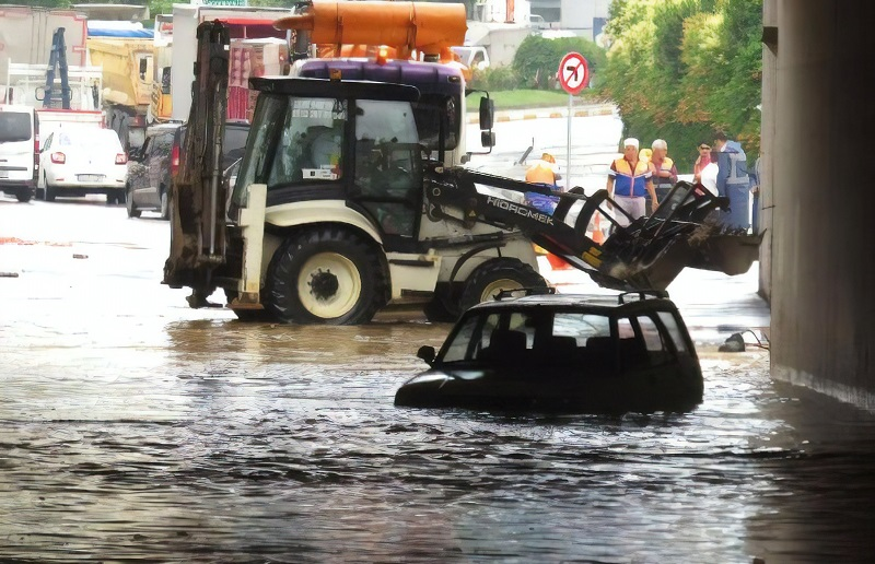 Yağmur yağdı böyle oldu: 1 araç mahsur kaldı