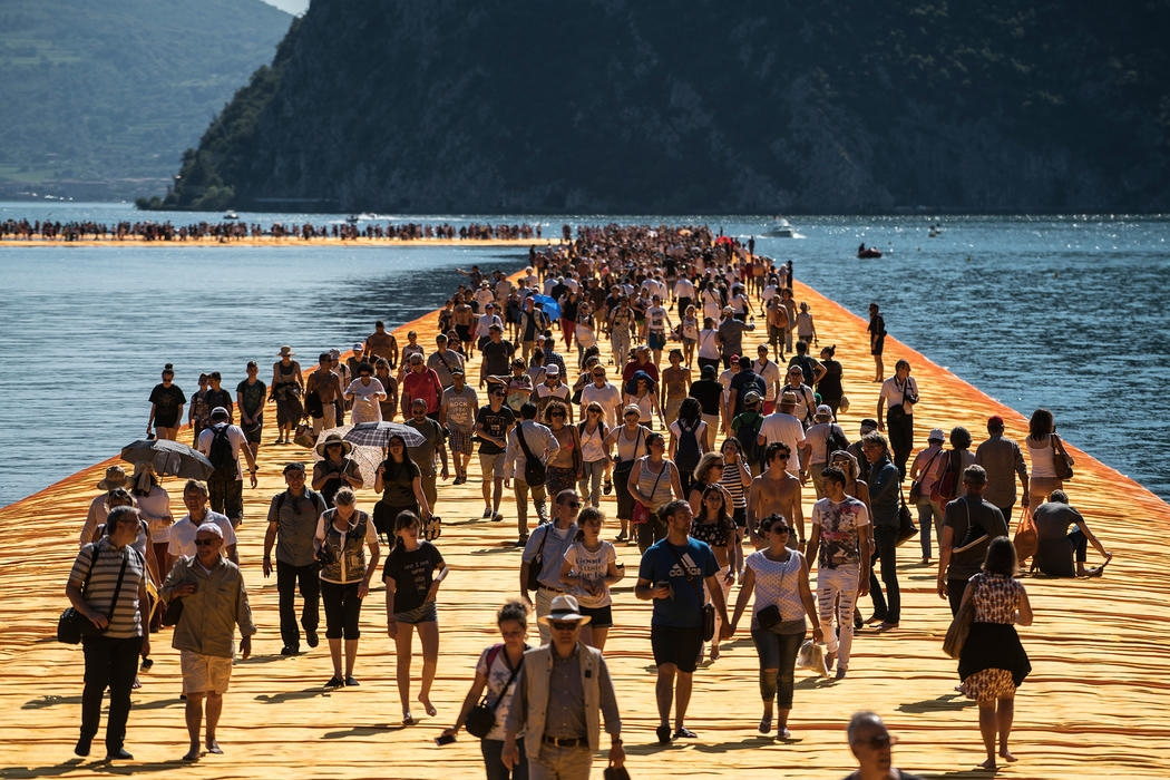24-Christo-and-Jeanne-Claude-The-Floating-Piers-Walkways-on-Lake-Iseo-Italy-www-designstack-co