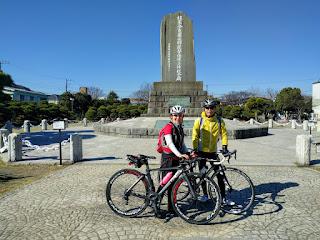 ペリー公園の記念碑の前にて二人で記念撮影