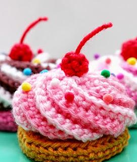 http://translate.google.es/translate?hl=es&sl=auto&tl=es&u=http%3A%2F%2Fblog.twinkiechan.com%2F2014%2F08%2F11%2Fvideo-tutorial-free-pattern-swirly-cupcake-hair-clips%2F