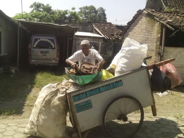Mbah Latif Menjemput Sampah di Rumah Warga