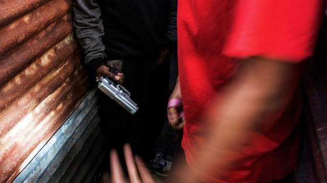 Un hombre armado dispara al público de un teatro en Sudáfrica desde el escenario