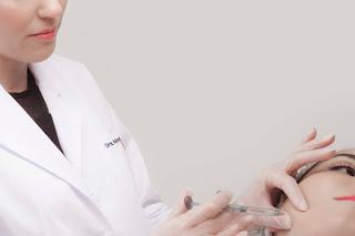La Doctora Raquel Moreno efectúa un tratamiento de 'Medical Codes'