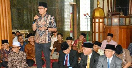 Gubernur Irwan Prayitno Nasehati Sepasang Penganten Melalui Pantun