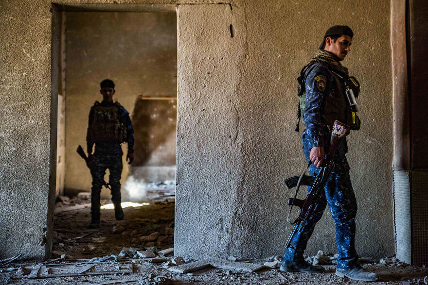 Powerful Heart-Breaking Pictures Of The Battle Of Mosul - In the theater in the Old City