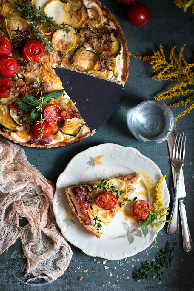 krucha tarta z cukinią, pomidorami i boczkiem