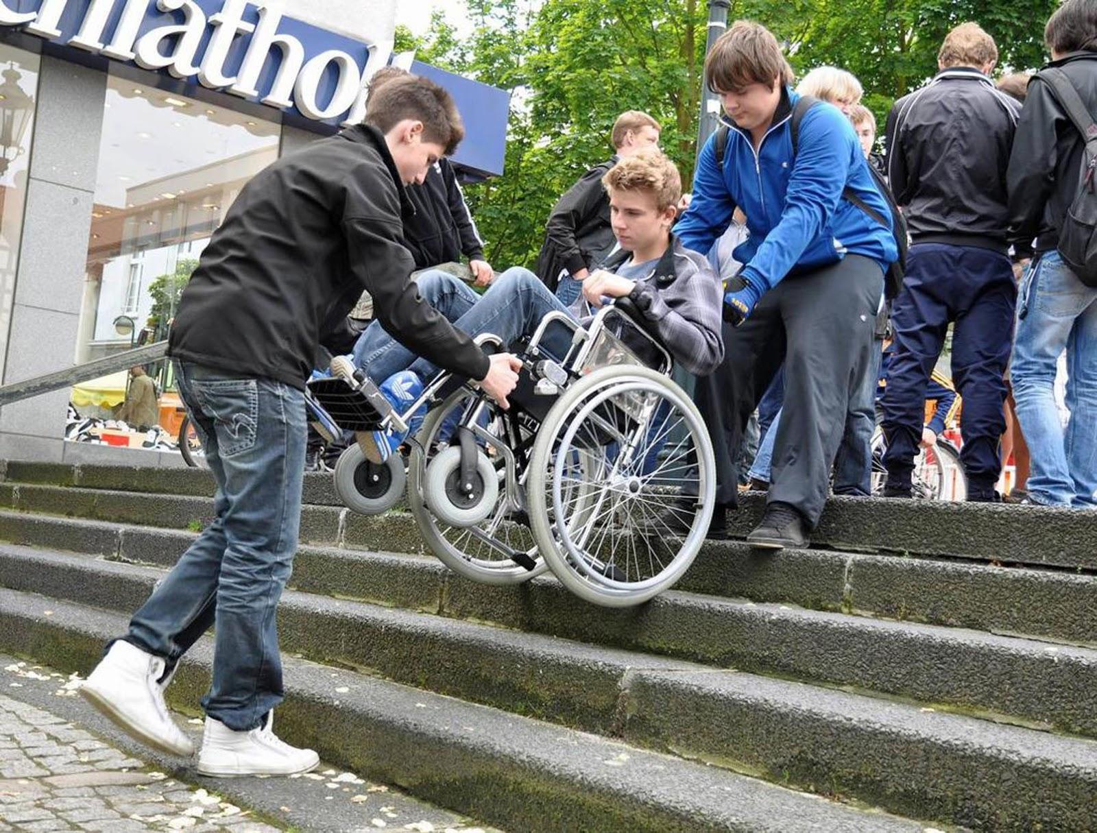 C mo desplazar una silla de ruedas en escaleras for Sillas para subir y bajar escaleras