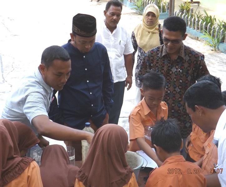 Wabup Abdya Ikut Penyulingan Air Bersama Siswa