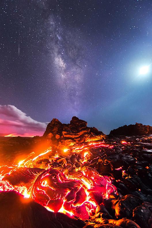 Una erupción volcánica fotografiado teniendo como fondo la Vía Láctea, la Luna y un meteoro pasando