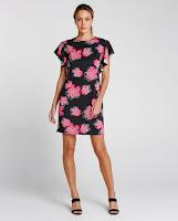 """Vestido confeccionado em mescla de poliéster e elastano que apresenta modelagem reta, decote em """"U"""""""