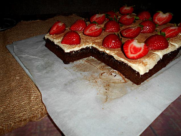 bolo de chocolate com cobertura de queijo creme